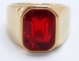 Anel com pedra vermelha de aço dourado2